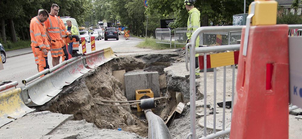 En ny ledning dras in i en gammal dricksvattenledning utan att nämnvärt störa trafik eller boende. Metoden kallas platsförminskade formpassade rör.
