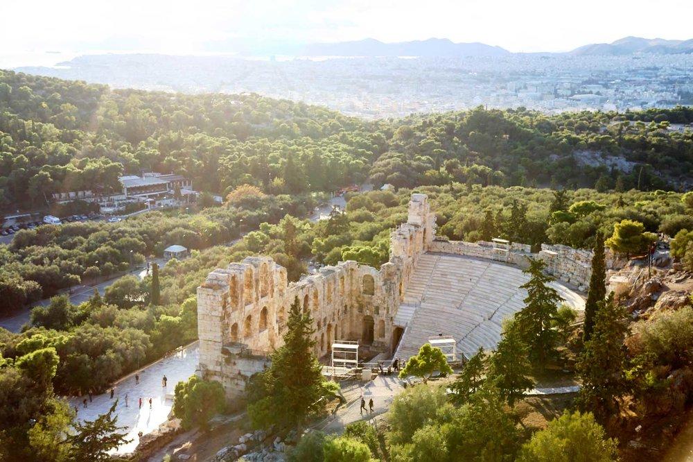 Athene, de stad van dag en nacht - Op zoek naar een leuke vakantiebestemming waar je lekker kunt eten en drinken, en waar er naast het tafelen ook nog wat te beleven valt? Je hoeft het echt niet zo ver te zoeken: de Griekse hoofdstad Athene heeft het allemaal.
