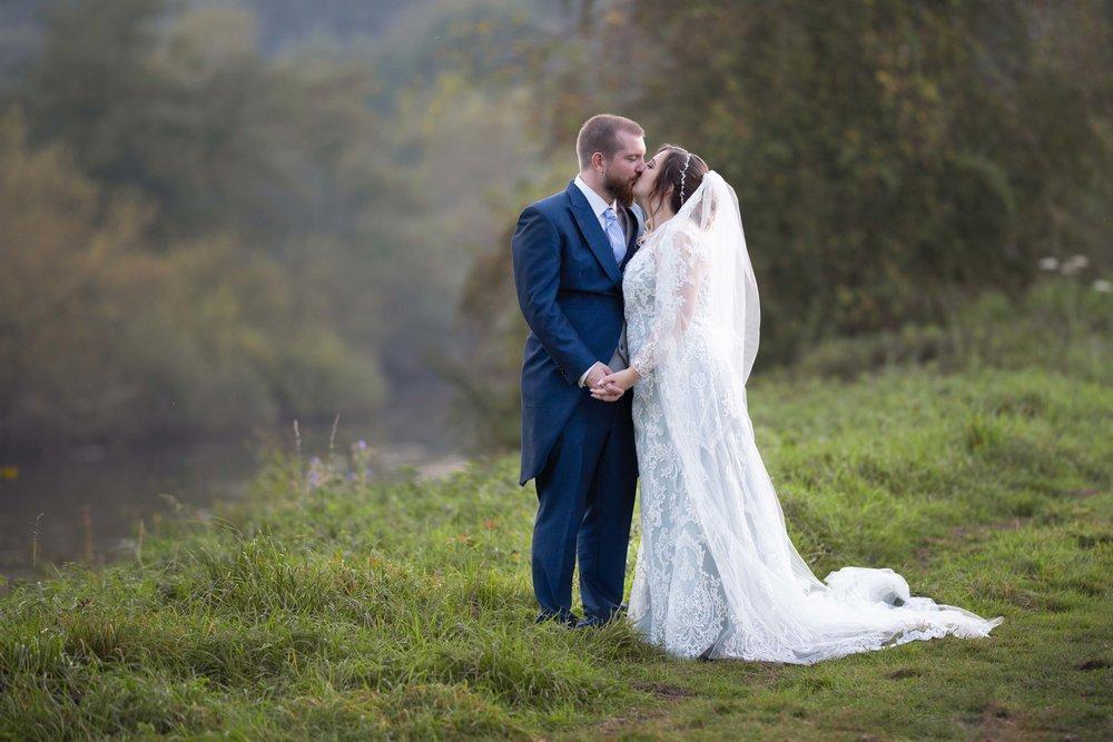 Lea-Cooper-Photography_Wedding-Photography_Willenhall_Wolverhampton_West-Midlands_Photographer_Birmingham_-kiss-lake-bridgenorth.jpg