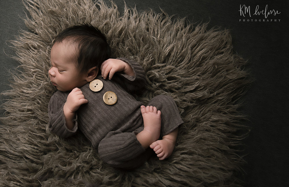 Oahu Hawaii Newborn portrait photographer in home studio traveling newborn photographer