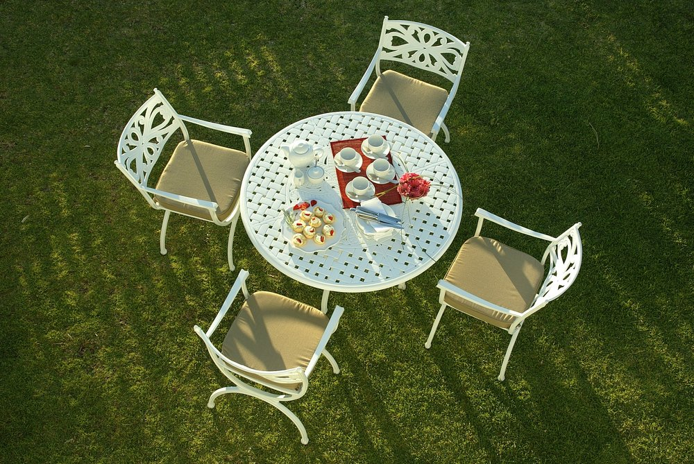 Soriano 4 seater round table and Sorento carvers