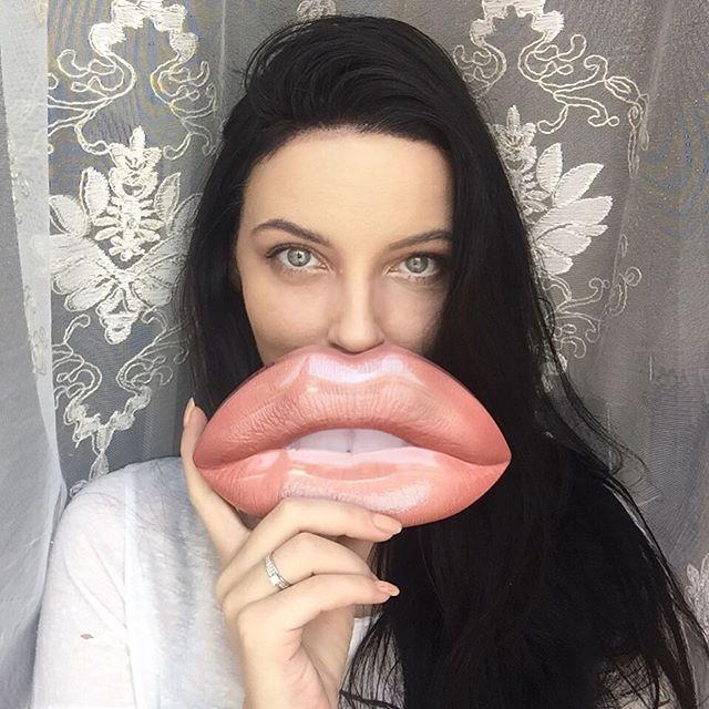 @hudabeauty lip tin! ❤️🙏🏻💋 www.helezin.com #eyes #selfiegram #selfiegame #selfportrait #hudabeauty #hudabeautydubai #hudabeautyliptin #makeup #makeuplover #beautyblog #dubai #sephora #mydubai