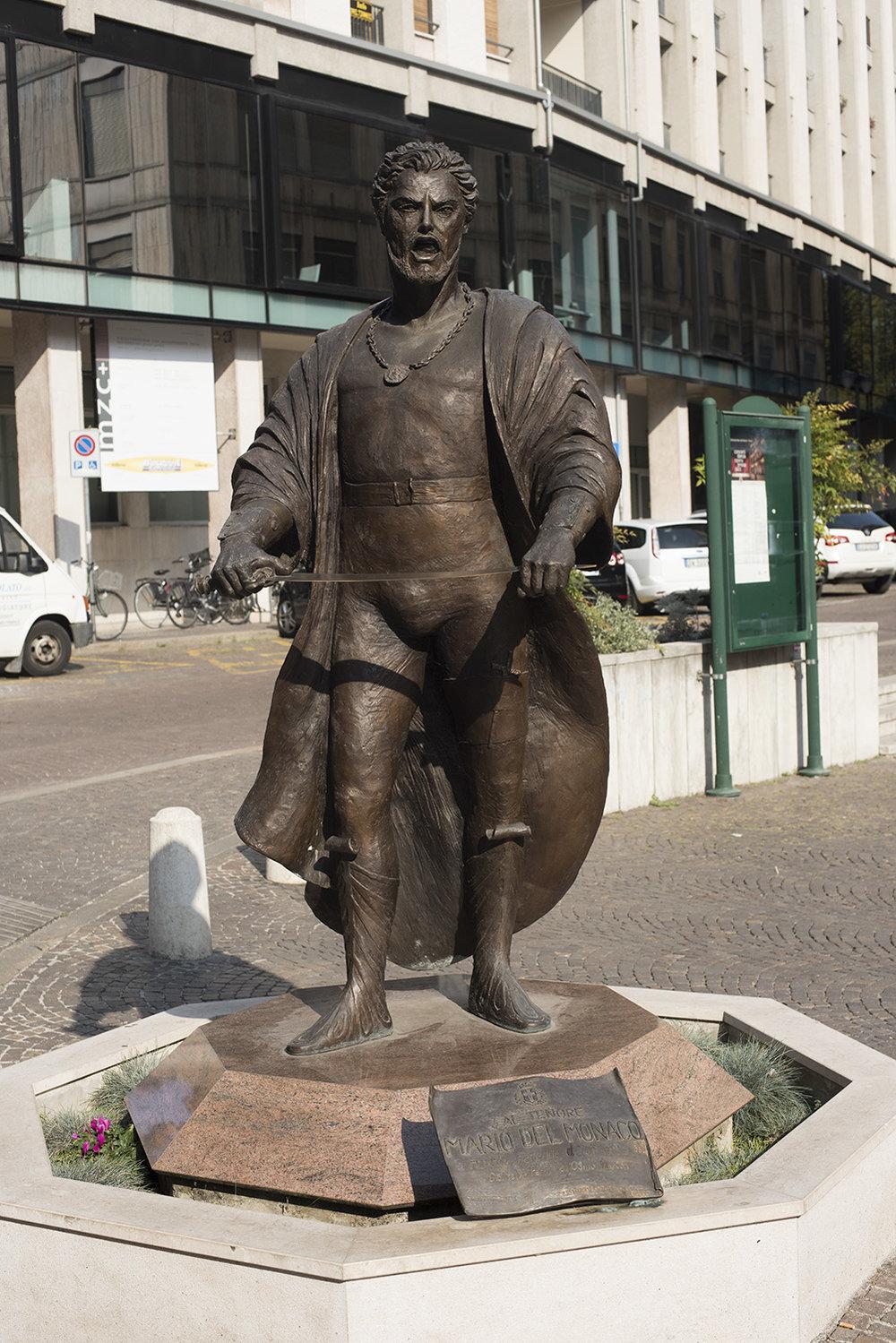 AS17-02077 Stature of the tenor Mario del Monaco, Treviso, Veneto