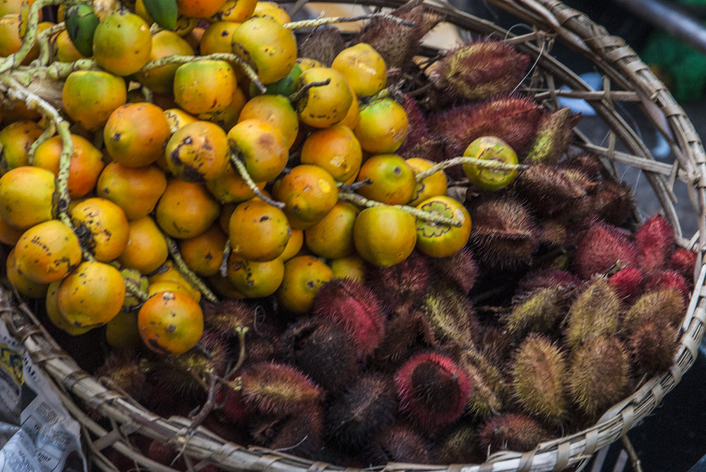 Pupunha and urucum in a basket