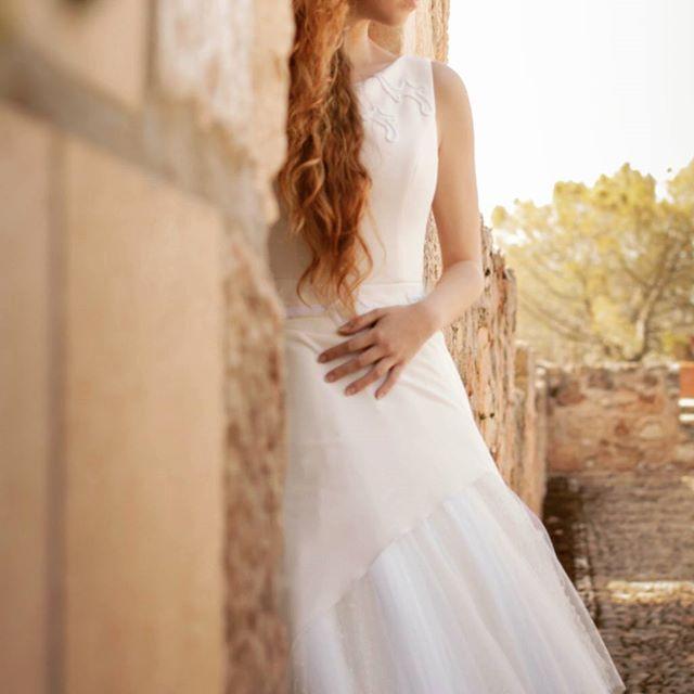 👰 Vestido de novia en crepe, escote barco, profundo escote en la espalda con faldón en pañuelos de tul blanco y tul Plumeti, bordado artesanal en cordón de seda blanco y crema y amplia cola ✨ . Vestido: PONTEDERIA - MOD-NCA 114 Photo by @refugiocreativoproducciones . #madeinspain #noviasoriginales #noviamadrid #amedida #bodamadrid #modanupcial #noviaamedida #noviasconestilo #noviasdiferentes #noviasmadrid #invitadaperfecta #costuraamedida #vestidodenovia