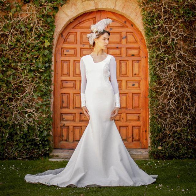 ✨ Visítanos en nuestro Atelier Novias ! ✨ C/ Gral Pardiñas 112, Madrid . Vestido de novia en crepe, escote asimétrico, profundo escote en la espalda con faldón en pañuelos de tul blanco y tul pluemeti, bordado artesanal en cordón de seda blanco y crema y amplia cola . . Vestido: NENUFER - MOD-NCA 112 Photo by @refugiocreativoproducciones Tocado : @nilataranco . #noviasoriginales #noviamadrid #amedida #bodamadrid #modanupcial #noviaamedida #noviasconestilo #noviasdiferentes #noviasmadrid #invitadaperfecta #madeinspain #costuraamedida #disenosexclusivos #vestidodenovia #madeinspain #altacostura #fashionbloggermadrid #Vestidodamadehonor #ModaMadrid #nilatarancodesign
