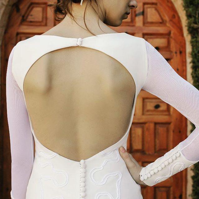 ✨ Visítanos en nuestro Atelier Novias ! ✨  C/ Gral Pardiñas 112, Madrid . Vestido de novia en crepe, escote asimétrico, profundo escote en la espalda con faldón en pañuelos de tul blanco y tul pluemeti, bordado artesanal en cordón de seda blanco y crema y amplia cola . . Vestido: NENUFER - MOD-NCA 112 Photo by @refugiocreativoproducciones . #noviasoriginales #noviamadrid #amedida #bodamadrid #modanupcial #noviaamedida #noviasconestilo #noviasdiferentes #noviasmadrid #invitadaperfecta #madeinspain #costuraamedida #disenosexclusivos #vestidodenovia #madeinspain #altacostura #fashionbloggermadrid #Vestidodamadehonor #ModaMadrid