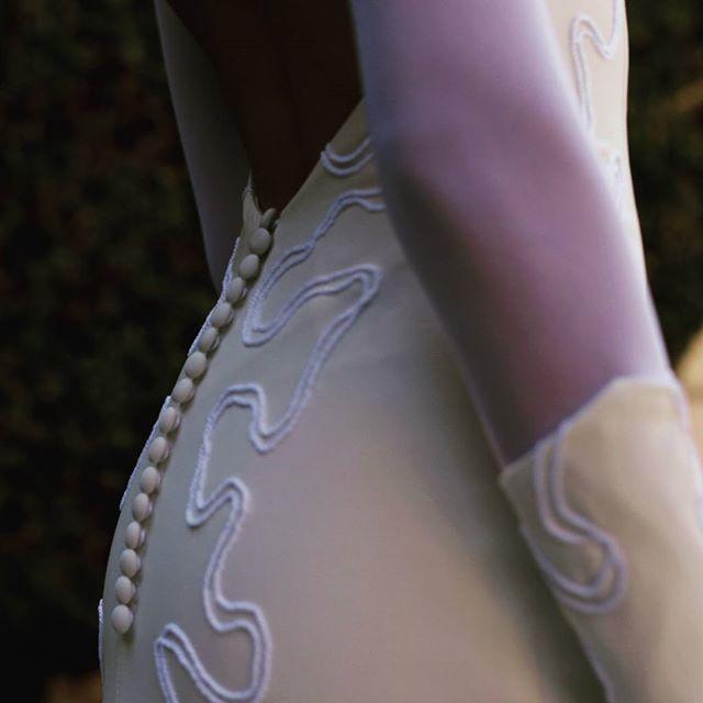 Vestido de novia en crepe, escote asimétrico, profundo escote en la espalda con faldón en pañuelos de tul blanco y tul pluemeti, bordado artesanal en cordón de seda blanco y crema y amplia cola . Vestido: NENUFER - MOD-NCA 112 Photo by @refugiocreativoproducciones . #noviasoriginales #noviamadrid #amedida #bodamadrid #modanupcial #noviaamedida #noviasconestilo #noviasdiferentes #noviasmadrid #invitadaperfecta #madeinspain #costuraamedida #disenosexclusivos #vestidodenovia #madeinspain #altacostura #fashionbloggermadrid #Vestidodamadehonor #ModaMadrid