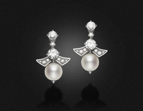 High jewellery earrings in white  gold with 2 pearls,  4 round and pavè set diamonds (2.80 ct)