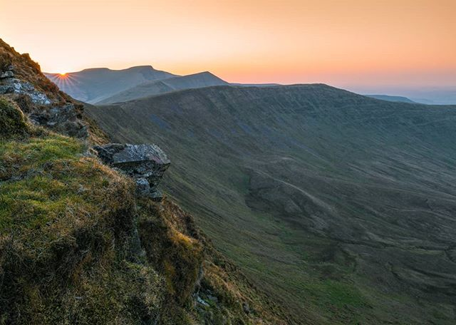 Hope everyone had a great Easter? Mine was a busy one but managed to have some down time between shooting weddings and a 1-2-1 to head up for a sunset hike which was beautiful. Didn't see another soul! One of my new favourite viewpoints as you have Corn Du, Pen y Fan, Cribyn and Fan y Big all in one shot. -------------------------------------------------- @lumixuk S1R +24-105mm