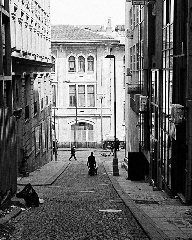 Sultanahmet back street. #istanbul #sultanahmet #leicam3 #leica #summaron #trix400 #filmphotography #blackandwhite