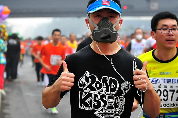 A gas mask-wearing runner at Sunday's Beijing Marathon // photo Getty Images