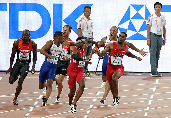 Tyson Gay and Mike Rodgers, both in red, trying to make the third pass in the men's 4x1 // Getty Images