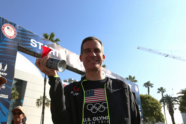 LA mayor Eric Garcetti at the start of the Feb. 13 Olympic marathon Trials // photo city of LA
