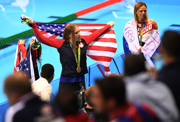 Gold medalist Lilly King, with silver medalist Yulia Efimova to her left, posing for the cameras // Getty Images