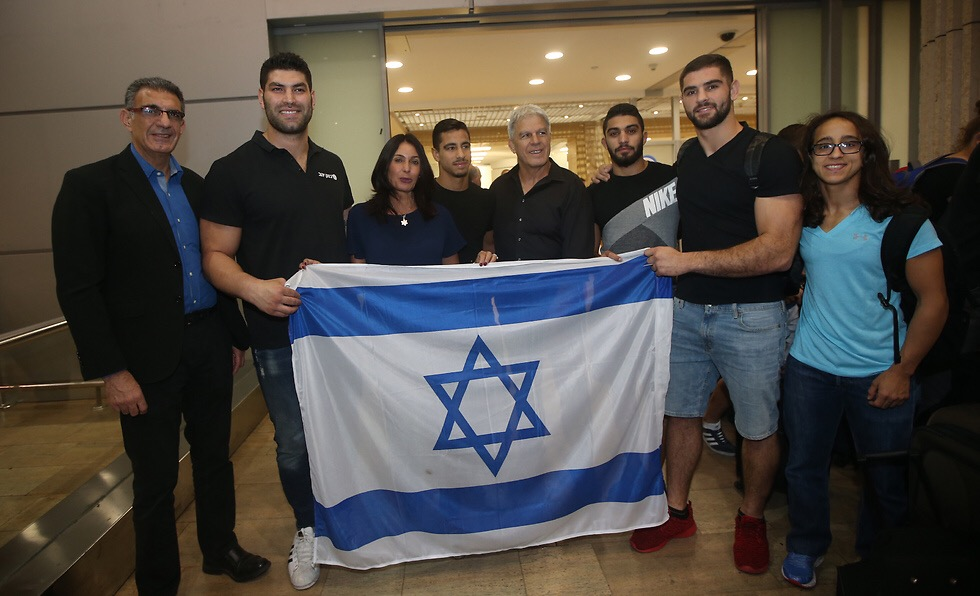 At Ben Gurion airport upon arrival from the Abu Dhabi Grand Slam with Israeli sports minister Miri Regev, third from left // Oren Ahroni, Yedioth Ahronoth