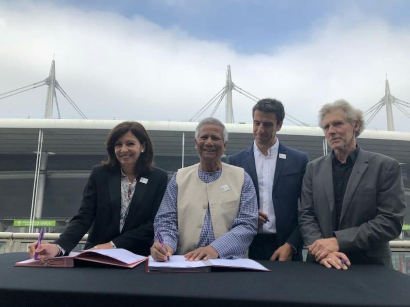Paris Mayor Anne Hidalgo, Nobel Laureate Muhammad Yunus, Paris 2024 President Tony Estanguet and Eric Pliez, president of Les Canaux, at the May 23 signing ceremony for the 'triple-zero' project // Yunus Center