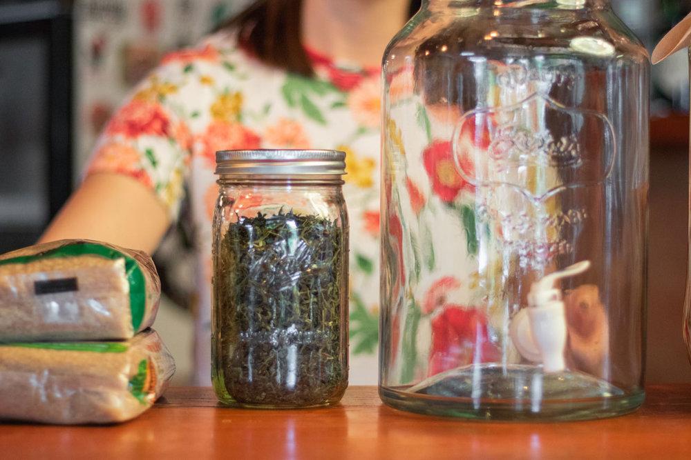 La kombucha es una bebida hecha a base de té. En el Caso de Wild brews, té verde.