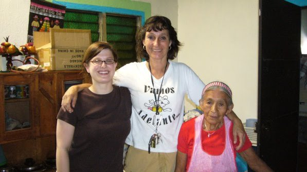 Vamos Adelante Director Nina Jorgensen with student volunteer and client