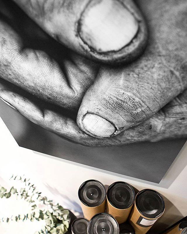 Print på aluminium. #blackandwhite #bw #hands #aluminium #wallart #poster #posterart #photography #hender #mains #AinaReginaPhotography #lyngdal #sandalsgården
