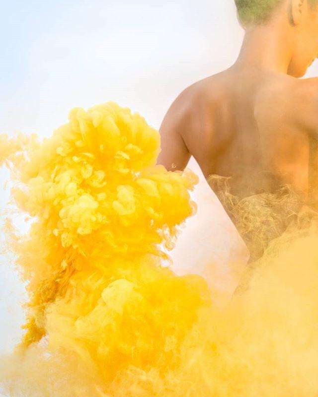 Ny Poster 🙋 #yellow #poster #posterart #photography #wallart #back #gul #røyk #påske #lyngdal #AinaReginaPhotography #smokegrenade #sky #smoke #rygg #enolagaye #easter #vår #spring #bluesky #skin #printemps #jaune 30x40 cm 399,-