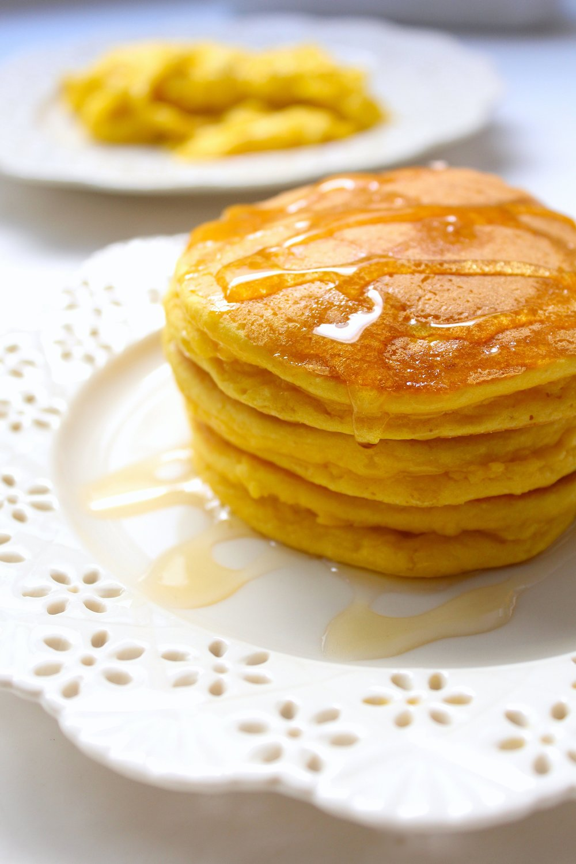 SÚPER ESPONJOSITOS. Uso una buena placa para pancakes en la que se pueden hacer de 8 en 8 a la vez, pero pueden usar sartén. El maple orgánico, con mesura, le da un toque muy decadente. Más secretos y datos en la receta.