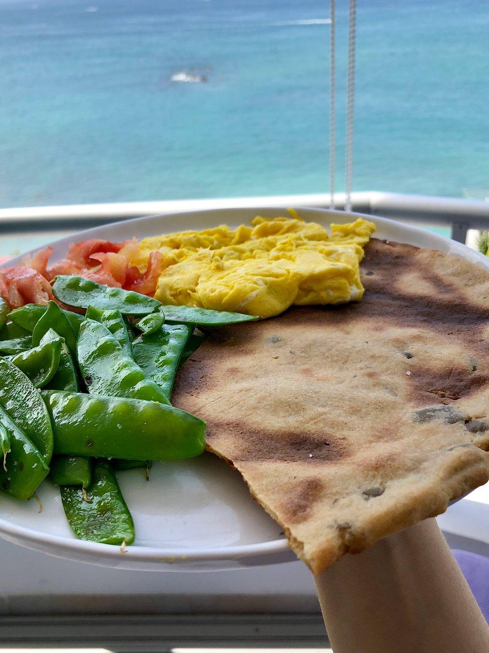Pan plano gluten free, huevos revueltos, vainitas salteadas y tomates con ajo, viangre y aceite de oliva.