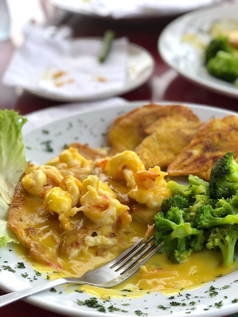 Corvina en salsa de maracuyá y camarones, brócoli al vapor, patacones (en restaurante).