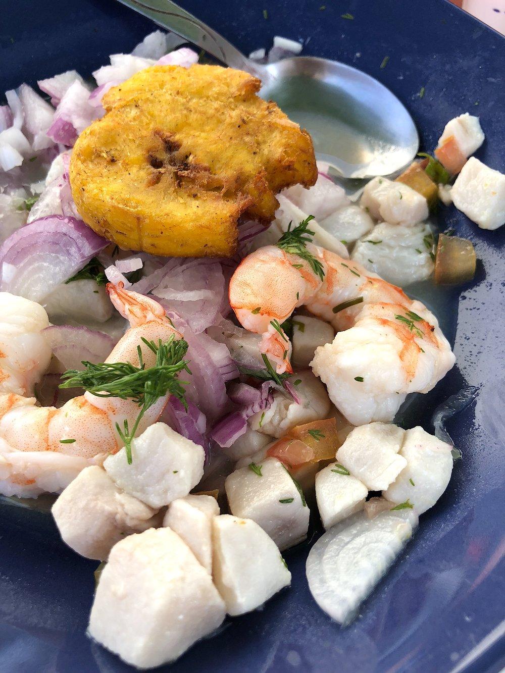 """Ceviche mixto de pescado """"trompeta"""" y camarón, ambos de mar, con patacones """"pintones""""."""