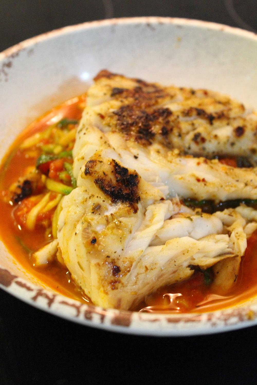 Robalo a la plancha, spaguetti de zucchini, salsa roja con tomates de mi huerto.