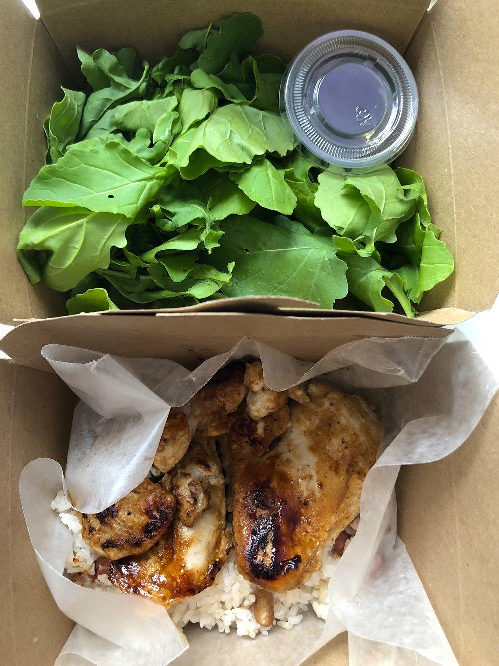 Lunch para avión: pollo al vino, arroz japonés con frejolito tierno, rúcula con aderezo.