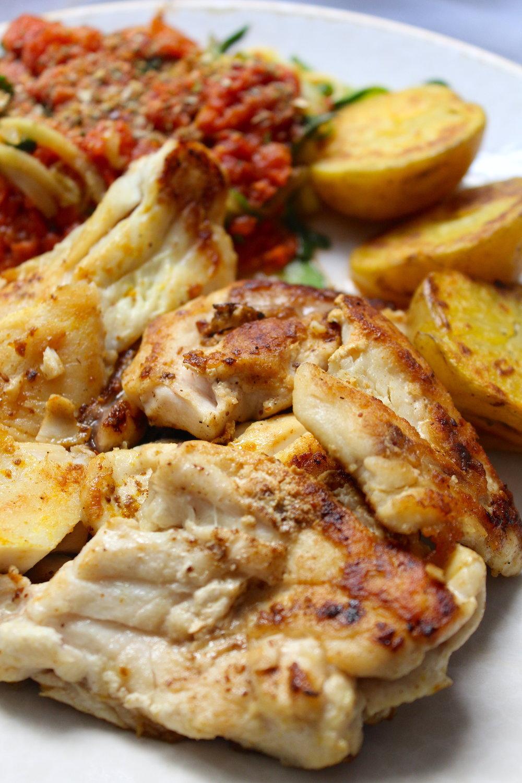 Robalo al vino blanco, zoodles (spaguetti de zucchini) con salsa de tomates orgánicos de mi huerto con especias de pizza y papas peruanas doradas en ghee.