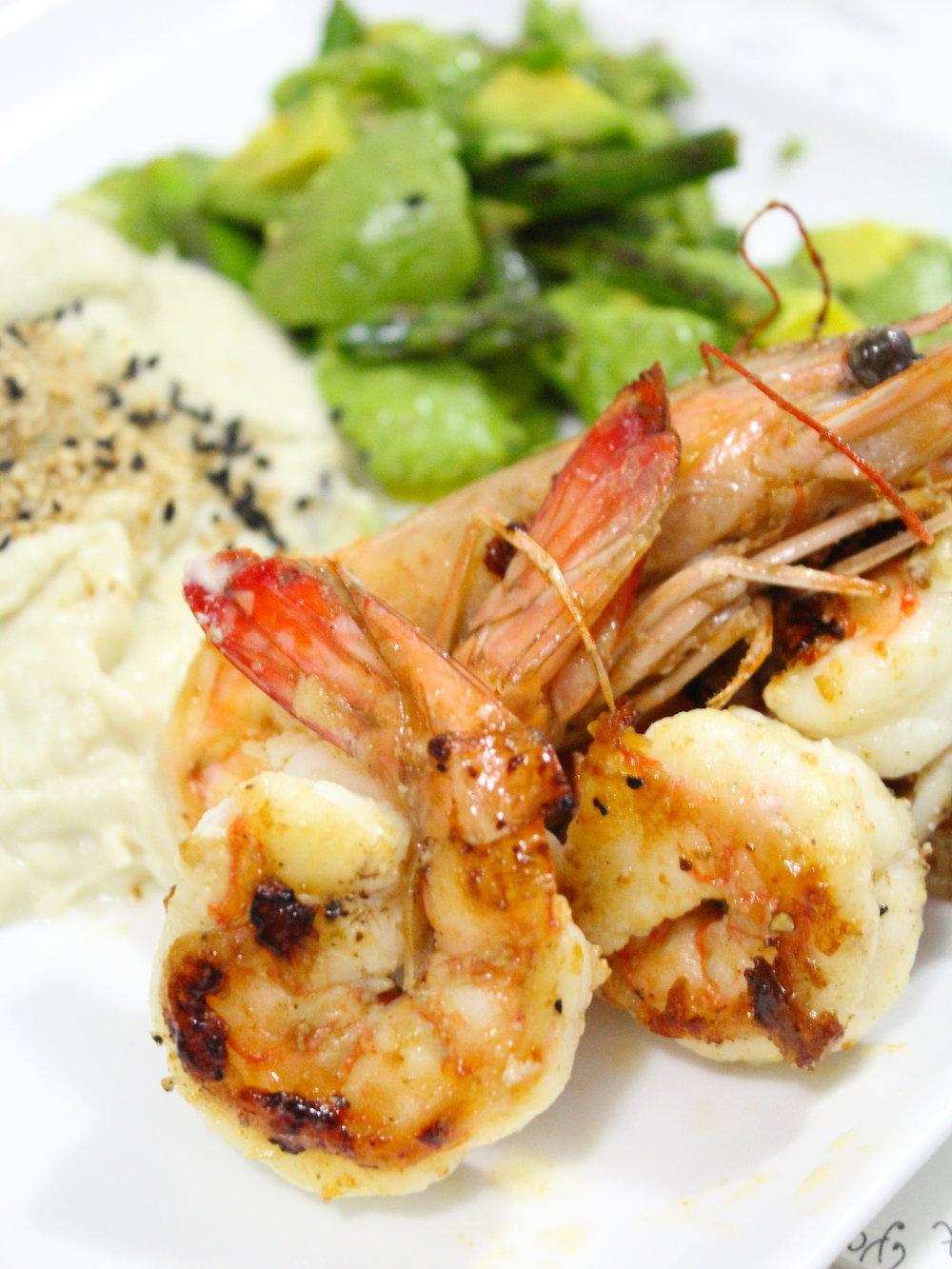 Langostinos de mar (pesca salvaje) con puré verde y rosa con gomassio orgánico y ajonjolí negro orgánico, ensalada de espárragos. MA-RA-VI-LLA.
