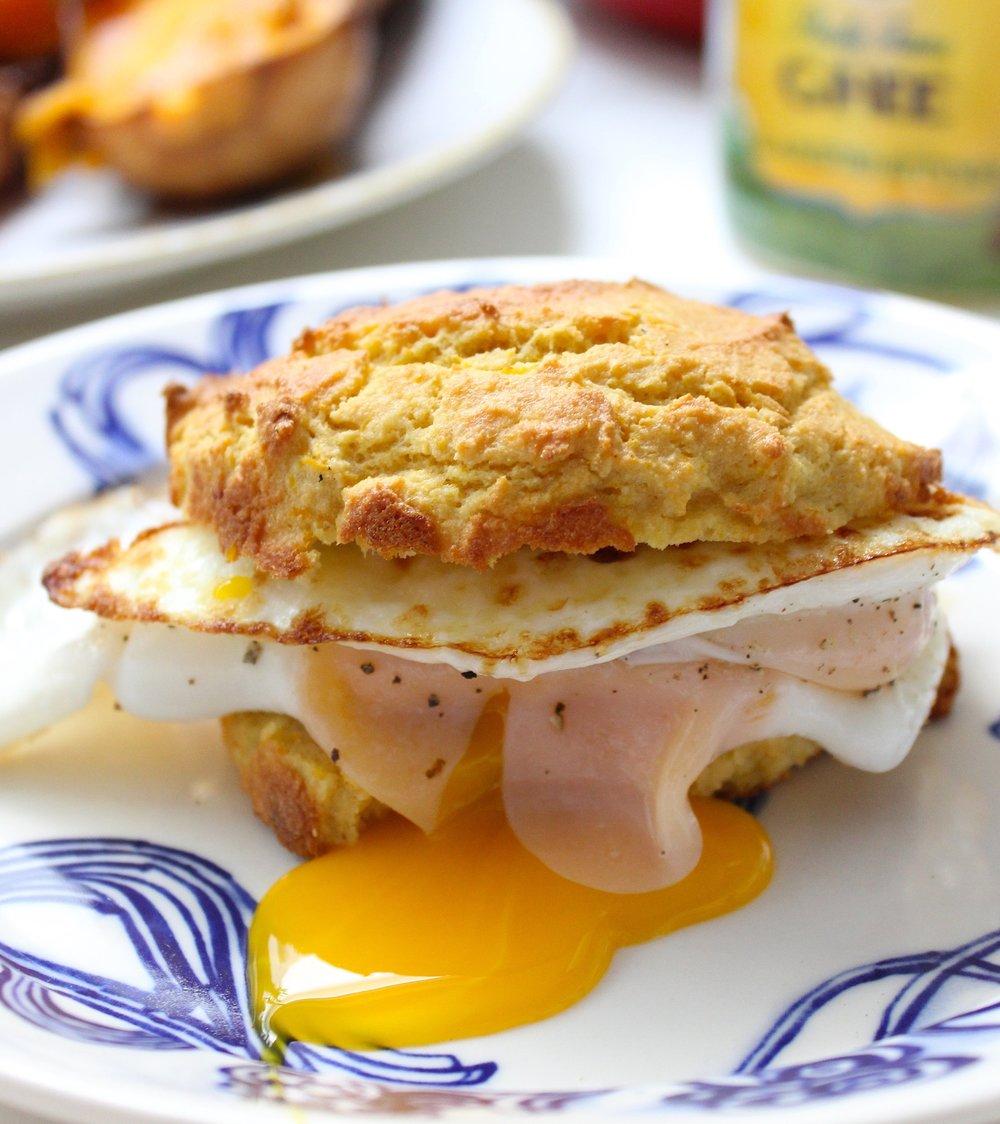 Sándwich de huevos fritos en panecito artesanal de calabaza (gluten free).