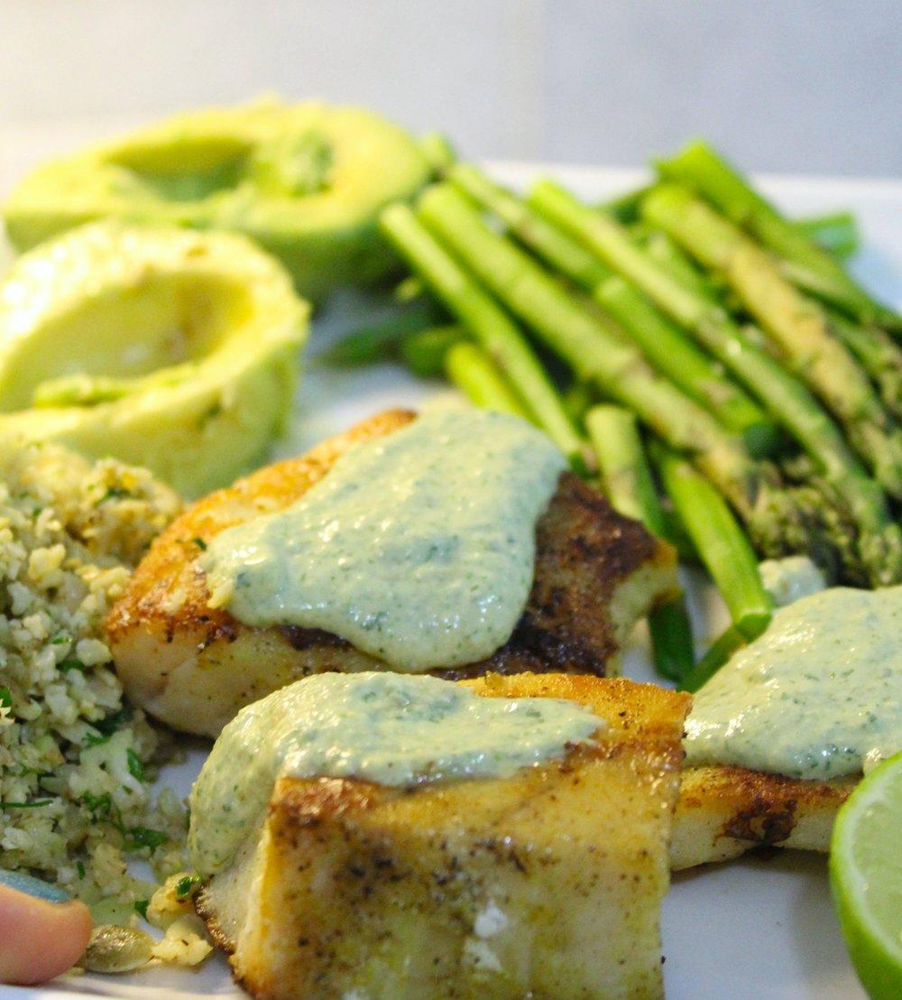 """Mero a la plancha con """"mayonesa vegana"""" verde y rosa, con arroz de coliflor verde y rosa con pepitas orgánicas, aguacate y espárragos al vapor. Demasiado rico."""