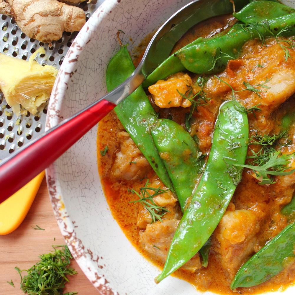 Curry tailandés rojo de mero (pesca salvaje de mar) con leche de coco y vainitas chinas.