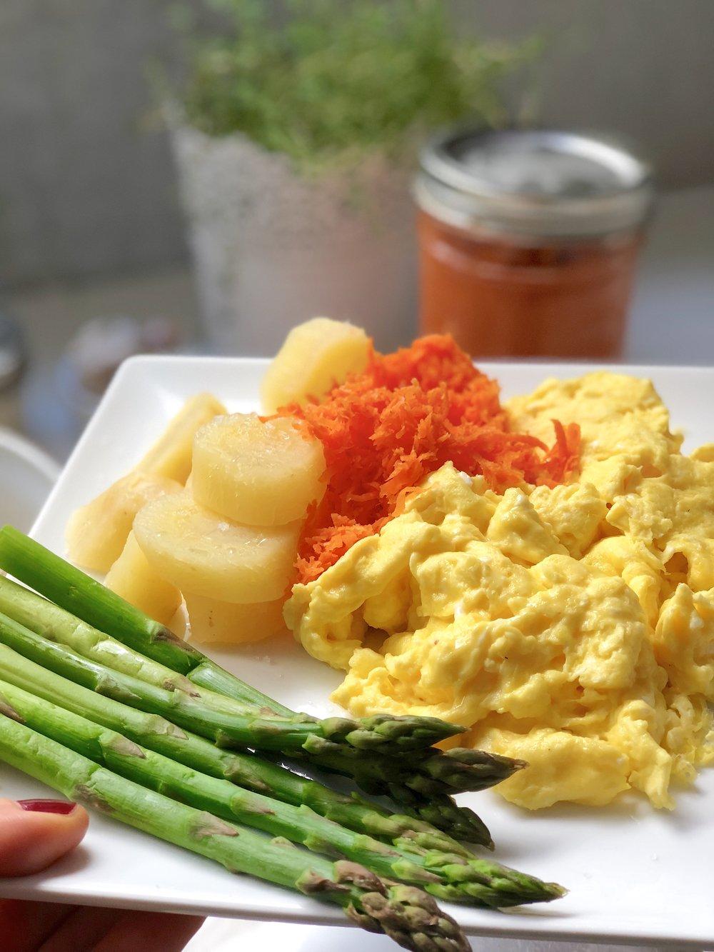 Huevos revueltos con zanahoria fermentada, zanahoria blanca al vapor y espárragos al vapor, ¡uno de mis desayunos favoritos!