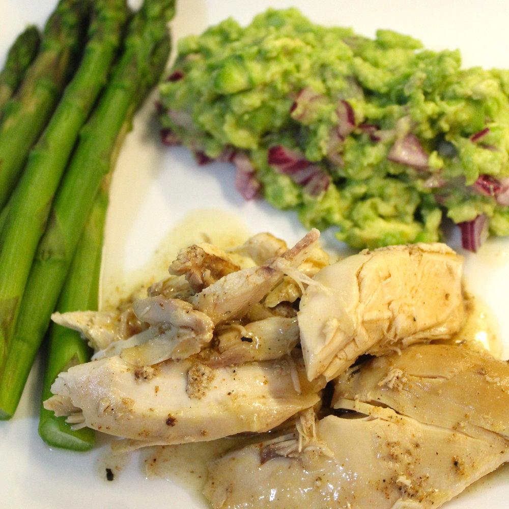 Pollo al vino (al horno) con guacamole y espárragos al vapor.