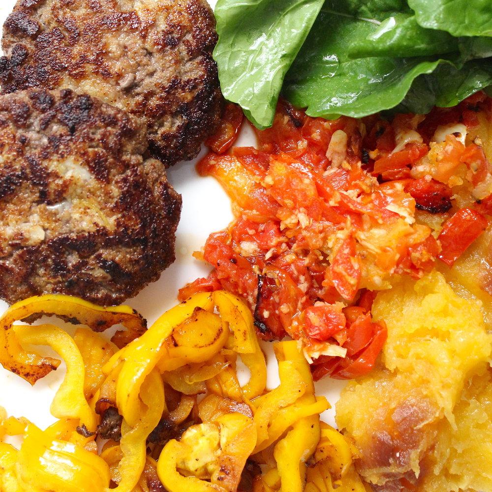 Hambruguesas de cordero con spaguetti squash (calabaza espagueti), tomates asados picados, pimientos amarillos y rúcula fresca con limón y aceite de oliva.