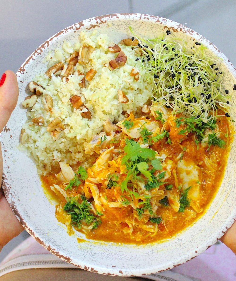 ¡Seco de pollo y maracuyá verde y rosa! Con arroz de coliflor con pecanas y germinados de cebolla con limón.