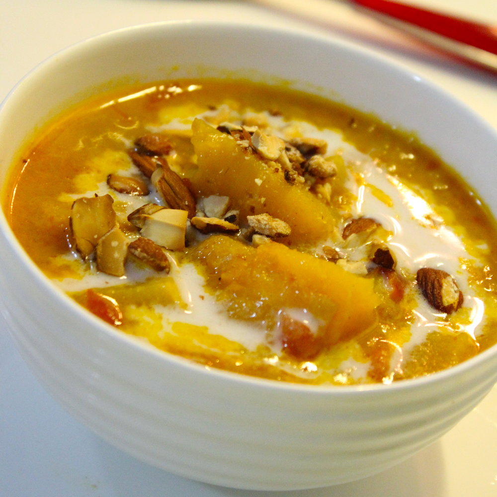 Sopa de calabaza de mi huerto con leche de coco y almendras recién. tostadas picadas.