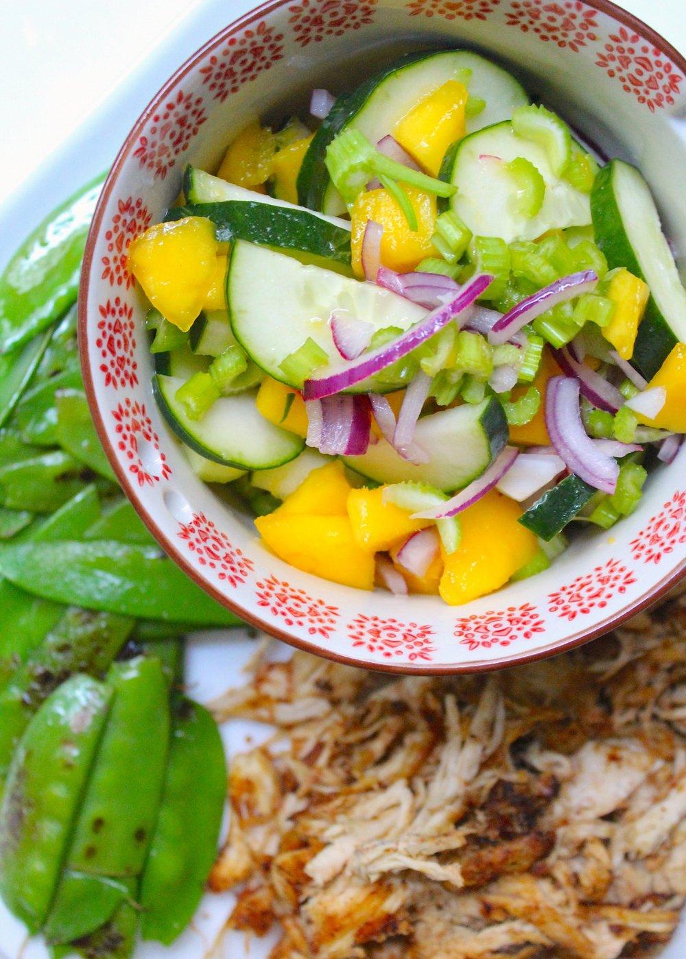 Ensalada de mango, pepino, cebolla, apio, limón con pollito del caldo doradito en ghee y vainitas chinas salteadas con ajo.