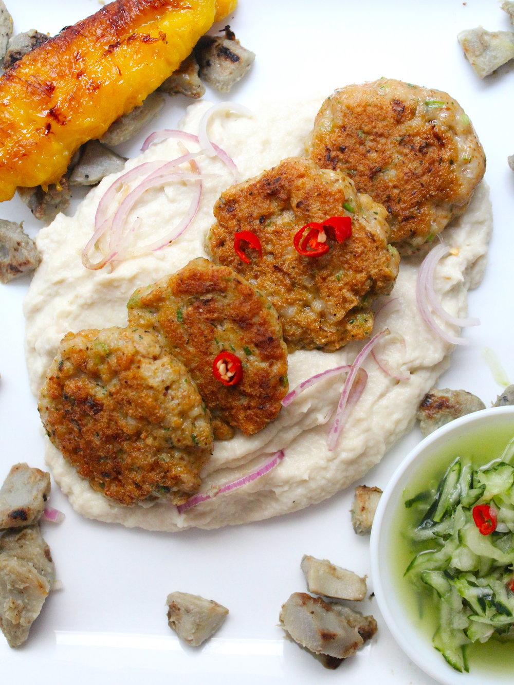 Croquetas de pescado verde y rosa, alcachofas, ensaladade pepino con ají del huerto, falso puré de papa verde y rosa y maduro horneado.