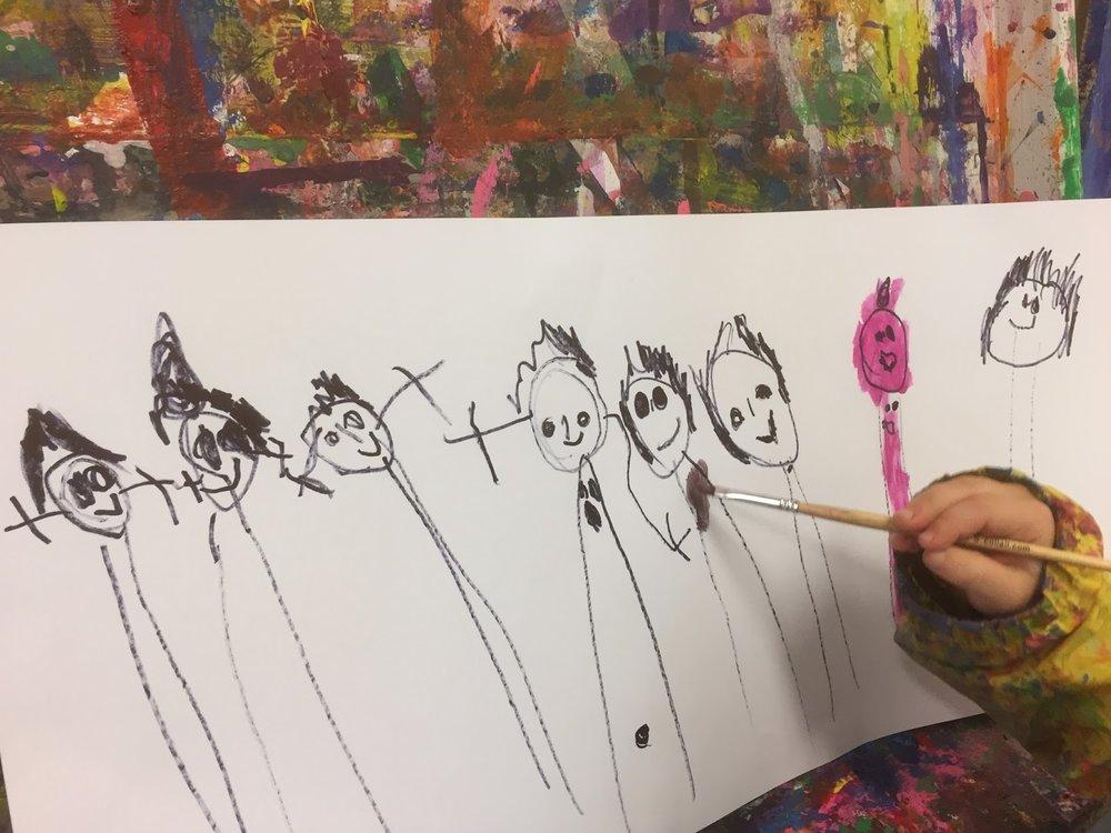 """""""Jeg har tegnet alle som jeg kjenner, og pappa liker rosa og lilla. Derfor er han rosa."""""""