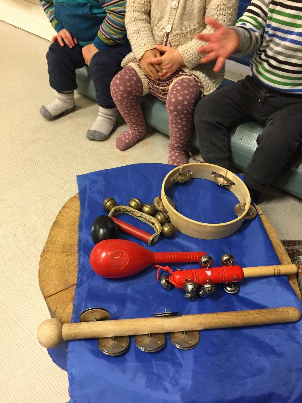 Samling med musikk hvor vi legger til et nytt instrument for hvert vers og teller hvor mange vi har.