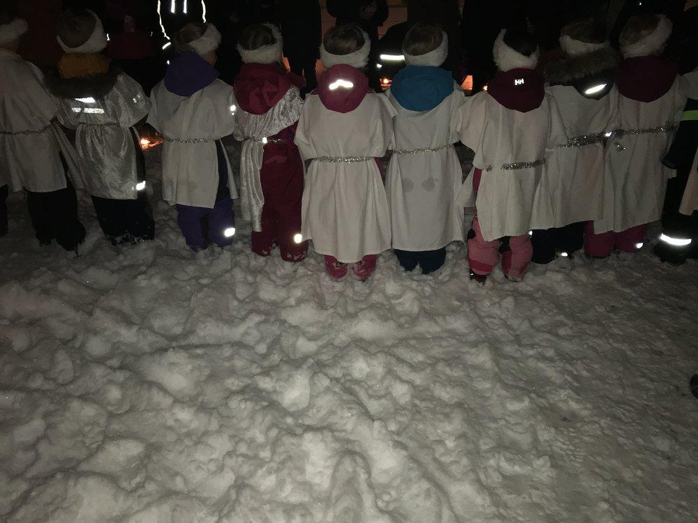 I dag var uterommet dekket med nysnø, barna var i fokus, en fin arena for Lucia-feiring,