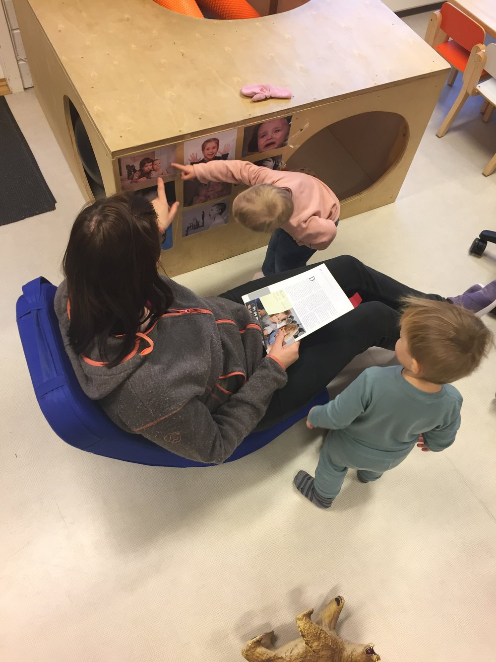"""""""Kos""""! Bildet av et større barn som gir en baby klem fenget. Mange av ettåringene var opptatte av klem etterpå."""