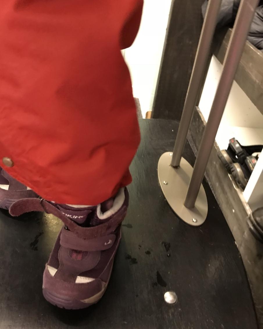 Å holde seg fast, løfte en fot og få den oppi hullet på skoen.