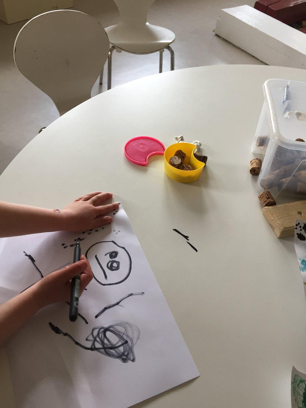 «Se æ tegna øya og munn»  Utdrag fra en artikkel i Familieverden:    Tegning er språk – Gjennom å tegne lærer vi å kommunisere ved hjelp av tegn. Dette har mennesket gjort fra tidenes moirgen. Vi lever i en rik symbolverden, som barn tidlig tar del i. Ved selv å tegne, blir barn produsenter av symboler, ikke bare mottakere, framholder Frisch.