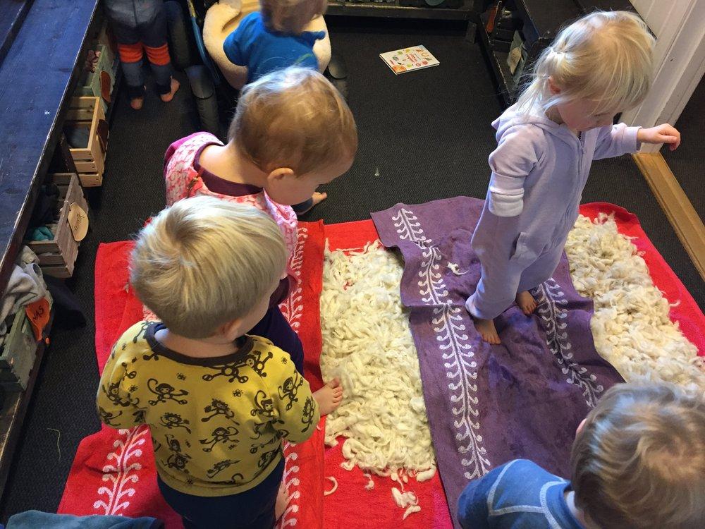 Det var både spennende, kaldt og rart.   I utforskende prosjekt med ett- og toåringene blir det kroppslige og sanselige aspektet helt sentralt. Barna trenger mange ulike anledninger, i ulike gruppesammensetninger, der de kan prøve ut materialer på mange forskjellige måter( Furness, 2018, s. 188).